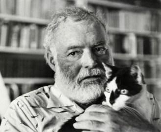 Hemingway cposa con uno dei suoi adorati gatti