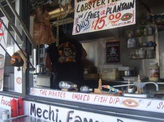 """Il food truck del """"pirata"""", che serve specialità a base di pesce"""